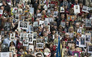 Η πορεία των πεσόντων. Με μια εικόνα αυτών που έχασαν στον Β' Παγκόσμιο Πόλεμο παρέλασαν οι συγγενείς τους στο Βίλνιους, με αφορμή την 74 επέτειο του τέλους του πολέμου. Με τον ίδιο τρόπο έγινε η παρέλαση και στην Κόκκινη Πλατεία της Μόσχας αλλά και στο Βερολίνο από Ρώσους μετανάστες στην πόλη. Η παράδοση σοφή, καθώς η μνήμη γι' αυτούς που δώσαν την ζωή τους για να διαφυλάξουν την ελευθερία, παραμένει με αυτόν τον τρόπο ζωντανή. (AP Photo/Mindaugas Kulbis)