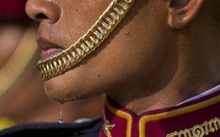 Χρυσός και ιδρώτας. Με την δέουσα μεγαλοπρέπεια και τήρηση των εθίμων έγινε η στέψη του βασιλιά Maha Vajiralongkorn παρουσία μεγάλου αριθμού υπηκόων του. Οι πριγκίπισσες έλαμπαν με τα χρυσά τους φορέματα και εντυπωσιακά κοσμήματα και οι στρατιώτες της τιμητικής φρουράς που έδωσαν και αυτοί κάτι από την στιβαρότητα και την αίγλη τους στην τελετή του νέου βασιλιά της Ταϊλάνδης έσταζαν από την ζέστη και την υγρασία. (AP Photo/Gemunu Amarasinghe)