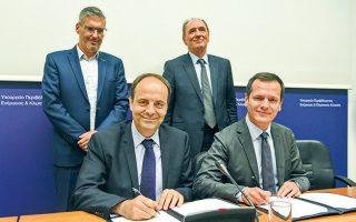 Ο επικεφαλής του ΑΔΜΗΕ κ. Μανουσάκης και ο αντιπρόεδρος της ΕΤΕπ κ. Μακντάουελ κατά την υπογραφή της δανειακής σύμβασης ύψους 178 εκατ. ευρώ για τη χρηματοδότηση της μικρής διασύνδεσης Πελοποννήσου - Κρήτης.