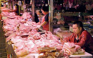 Η αποδυνάμωση της Κίνας, του μεγαλύτερου παραγωγού χοιρινού κρέατος, σε συνδυασμό με τη μείωση του κόστους για τροφή των χοίρων, πρόκειται να ευνοήσει ιδιαίτερα τους Ευρωπαίους και τους Αμερικανούς παραγωγούς χοιρινού κρέατος.