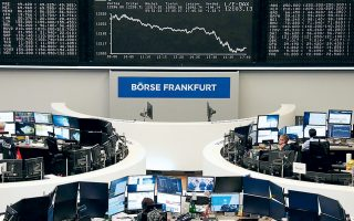 Στη Φρανκφούρτη (φωτ.) ο δείκτης DAX έκλεισε με πτώση 1,7%, μιας και οι γερμανικές εξαγωγικές εταιρείες επηρεάζονται αρνητικά από την ένταση στο εμπόριο. Στο Παρίσι, ο δείκτης CAC 40 έκλεισε με απώλειες 1,9% και στο Μιλάνο ο δείκτης FTSE MIB ολοκλήρωσε τη συνεδρίαση με πτώση 1,8%.
