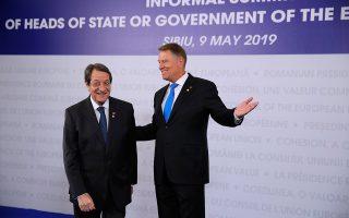 Ο πρόεδρος της Κυπριακής Δημοκρατίας Νίκος Αναστασιάδης με τον Ρουμάνο ομόλογό του, στη χθεσινή Σύνοδο Κορυφής στο Σιμπίου της Ρουμανίας.