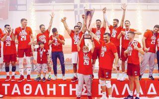 Μπροστά στους φιλάθλους τους, οι παίκτες και οι άνθρωποι του Ολυμπιακού σήκωσαν τον τίτλο του πρωταθλητή.
