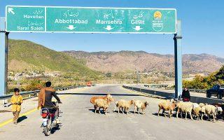 Πακιστανός μοτοσικλετιστής μετακινείται κατά μήκος ενός καινούργιου αυτοκινητόδρομου, που κατασκευάστηκε στη Χαριπούρ, στο πλαίσιο της μεγάλης κινεζικής πρωτοβουλίας «Μία Ζώνη, Ενας Δρόμος».