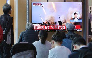 Νοτιοκορεάτες παρακολουθούν εικόνες εκτοξεύσεων πυραύλων της Πιονγιάνγκ, σε οθόνες σιδηροδρομικού σταθμού της Σεούλ.