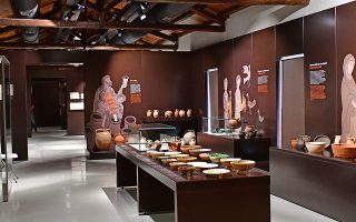Η Ελλάδα είναι γεμάτη μουσεία και αρχαιολογικούς χώρους, αλλά δεν έχουν όλα... επισκέπτες. Η Διεθνής Ημέρα Μουσείων στις 18 Μαΐου είναι μια ευκαιρία για εξωστρέφεια και ενδιαφέρουσες δράσεις σε ολόκληρη τη χώρα, αλλά και μια υπενθύμιση για τα προβλήματα επιβίωσης που αντιμετωπίζουν πολλά μνημεία, καθώς λίγοι τα γνωρίζουν και τα επισκέπτονται.