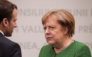 Η Αγκελα Μέρκελ συνομιλεί με τον Εμανουέλ Μακρόν στο περιθώριο της Συνόδου Κορυφής του Σιμπίου.