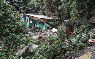 Ξεριζωμένα δένδρα και κατεστραμμένα σπίτια από τις κατολισθήσεις στη φαβέλα Βαβυλωνία του Ρίο ντε Τζανέιρο.