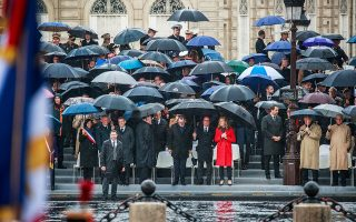 Βροχή και κρύο στο Παρίσι την Τετάρτη, κατά τη διάρκεια της επετείου για τη συνθηκολόγηση της Γερμανίας στον Β΄ Παγκόσμιο Πόλεμο.