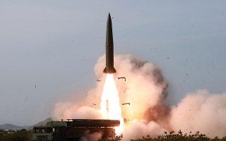 Στιγμιότυπο από στρατιωτική άσκηση με πολλαπλούς εκτοξευτές πυραύλων, που πραγματοποιήθηκε στη Βόρεια Κορέα με στόχους στην Ανατολική Θάλασσα, το περασμένο Σάββατο.