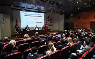 Από τη χθεσινή ενημέρωση που έκαναν οι Τούρκοι διπλωμάτες στους ξένους πρέσβεις στην Αγκυρα για τις γεωτρήσεις του «Φατίχ» στην Ανατολική Μεσόγειο, ισχυριζόμενοι ότι αυτές δεν γίνονται κατά παράβαση του διεθνούς δικαίου, αλλά επί της τουρκικής υφαλοκρηπίδας.