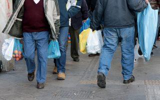 Καταναλωτές κυκλοφορούν στο κέντρο της Αθήνας κρατώντας πλαστικές σακούλες, Τετάρτη 3 Ιανουαρίου 2018. Από την 1 Ιανουαρίου οι καταναλωτές χρεώνονται 4 λεπτά για  πλαστικές σακούλες μεταφοράς και οι επιχειρήσεις υποχρεούνται να εισπράττουν και να αποδίδουν ειδικό περιβαλλοντικό τέλος. ΑΠΕ-ΜΠΕ/ΑΠΕ-ΜΠΕ/Παντελής Σαίτας