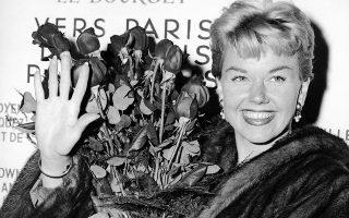 Σε ηλικία 97 ετών απεβίωσε χθες, στο σπίτι της στην Καλιφόρνια, η διάσημη Αμερικανίδα ηθοποιός και τραγουδίστρια Ντόρις Ντέι, η οποία αντιπροσώπευσε περισσότερο από οποιονδήποτε άλλο την εποχή της αθωότητας, στις μεγάλες κινηματογραφικές επιτυχίες του Χόλιγουντ τις δεκαετίες '50 και '60. Συμμετείχε σε 39 ταινίες, με ιερά τέρατα όπως ο Ροκ Χάντσον και ο Κάρι Γκραντ. Πιο γνωστή θα μείνει για το τραγούδι «Que sera sera», το οποίο έγινε παγκόσμια επιτυχία.