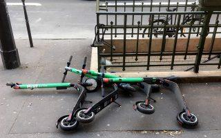Οδηγό «καλής συμπεριφοράς» για τους χρήστες ηλεκτρικών πατινιών συμφώνησαν χθες οι ενοικιαστές των δίτροχων οχημάτων με τον δήμο του Παρισιού, σε μία προσπάθεια αντιμετώπισης φαινομένων όπως η κίνηση στα πεζοδρόμια, που τιμωρείται πλέον με πρόστιμο 135 ευρώ.