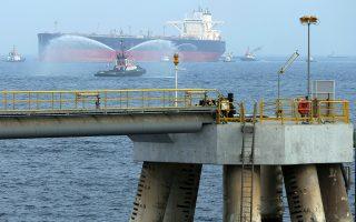 Δεξαμενόπλοιο μεταφοράς πετρελαίου πλησιάζει εγκαταστάσεις σαουδαραβικών συμφερόντων στο Φουτζάιρα των Ηνωμένων Αραβικών Εμιράτων.