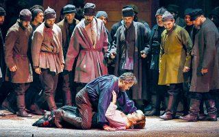 Σκηνή από την πρώτη πράξη της όπερας και τη συνάντηση της Κατερίνας με τον μοιραίο για εκείνη Σεργκέι στην αυλή του πλούσιου σπιτιού της.