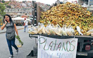 Με αυτά τα επίπεδα πληθωρισμού ο βασικός μισθός δεν αντιπροσωπεύει παρά μόλις πέντε δολάρια τον μήνα και οι περισσότεροι Βενεζουελάνοι δυσκολεύονται να αγοράσουν ακόμη και δύο αυγά ή ένα κουτί ρύζι.