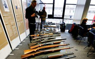 Τα εικονιζόμενα όπλα δεν εμπίπτουν στους περιορισμούς οπλοκατοχής στην Ελβετία.