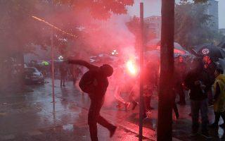 Κροτίδες από οπαδούς της αντιπολίτευσης χθες στα Τίρανα.