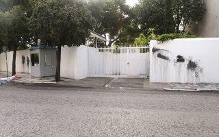Κουκουλοφόροι πέταξαν μπουκάλια με μπογιά στον τοίχο της πρεσβευτικής κατοικίας, χθες τα ξημερώματα.