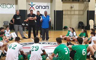 Ο Μαρκ Κουκ  (δεξιά), προπονητής μπάσκετ με 30ετή εμπειρία και πιστοποιημένος scouter NCAA και NBA, δίνει συμβουλές στους μαθητές που θέλουν να ακολουθήσουν το όνειρό τους. Μαζί με τον κόουτς Κουκ βρίσκονται οι Κώστας Σιώτας (κέντρο), συνεργάτης της Global BB Report στην Ελλάδα, και ο συντονιστής του αθλητικού προγράμματος, Νίκος Μπουντούρης.