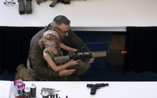 Νεαρό κορίτσι εκπαιδεύεται στα όπλα την «Ημέρα Παιδιών»της NRA στο Χιούστον, το 2013.