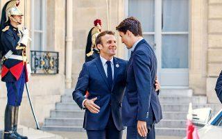 Εφιστώ την προσοχή σας στο αριστερό χέρι του προέδρου Μακρόν και πώς τυλίγεται γύρω από τη μέση του Καναδού πρωθυπουργού Τριντό.
