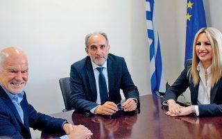Η πρόεδρος του ΚΙΝΑΛ Φώφη Γεννηματά μαζί με τον Γ. Παπανδρέου (αριστερά) και τον περιφερειάρχη Δυτικής Ελλάδας Απ. Κατσιφάρα (κέντρο).
