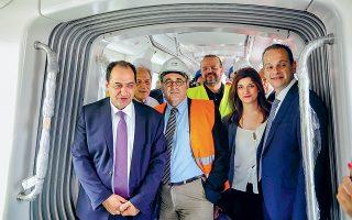 Για δεύτερη φορά εγκαινιάστηκε χθες το έργο του μετρό της Θεσσαλονίκης, που επιστρατεύθηκε τώρα ως προεκλογικό σκηνικό. Οι επίσημοι, με εργοταξιακή αμφίεση κάποιοι εξ αυτών, επιβιβάστηκαν στον πρώτο συρμό, που παραμένει ακίνητος στο αμαξοστάσιο της Πυλαίας.