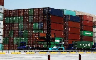 H εκατέρωθεν επιβολή δασμών θα αναγκάσει πολλές μεταποιητικές επιχειρήσεις να εγκαταλείψουν την Κίνα.