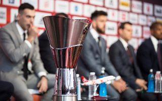 Εμφανής η αμηχανία του Κώστα Σλούκα πίσω από το βαρύτιμο τρόπαιο του ευρωπαϊκού μπάσκετ. Σήμερα οι τέσσερις καλύτερες ομάδες της Ευρωλίγκας θα αναμετρηθούν για τα δύο εισιτήρια του τελικού της Κυριακής.