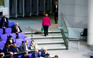 Η Αγκελα Μέρκελ αποχωρεί από την αίθουσα του κοινοβουλίου κατά τη χθεσινή συνεδρίαση για τα 70 χρόνια του γερμανικού συντάγματος.
