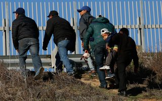 Μετανάστες από την Ονδούρα ετοιμάζονται να παραδοθούν σε συνοριοφύλακες των ΗΠΑ στο Σαν Ντιέγκο.