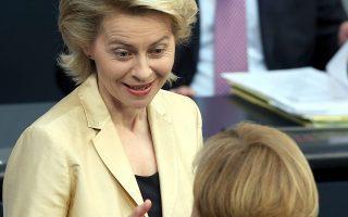 Η υπουργός Αμυνας Ούρσουλα φον ντερ Λάιεν και η καγκελάριος Μέρκελ σε παλαιότερη συζήτηση στη Βουλή.