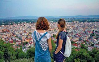 Μια φοιτήτρια Ιατρικής από τη Βουλγαρία εξασκείται σε νοσοκομείο του Μπορντό, δύο νεαρές Γερμανίδες εθελόντριες εργάζονται σε στρατόπεδο μεταναστών κοντά στις Σέρρες, ένας Ελληνας αρχιτέκτονας εξηγεί γιατί δεν επέστρεψε ποτέ από τη Βαρκελώνη: Νέοι και παλαιότεροι συμμετέχοντες στο πρόγραμμα Erasmus μιλούν για τις εμπειρίες τους και το μέλλον της ενωμένης Ευρώπης στο ντοκιμαντέρ «Citizen Europe», το οποίο προβάλλεται την Τρίτη στο Ινστιτούτο Γκαίτε της Αθήνας και σε άλλες 49 ευρωπαϊκές πόλεις.