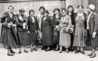 Ομάδα εκπροσώπων του ελληνικού γυναικείου κινήματος το 1928 (Συλλογή Π. Πουλίδη, Αρχείο ΕΡΤ ΑΕ, Αθήνα).