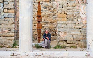 Ο Antony Gormley στον αρχαιολογικό χώρο της Δήλου. Πηγή Φωτογραφίας: Oak Taylor Smith | Courtesy ΝΕΟΝ, Εφορεία Αρχαιοτήτων Κυκλάδων και o καλλιτέχνης.