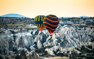 Ξημέρωμα με αερόστατο πάνω από το σεληνιακό τοπίο της Καππαδοκίας. (Φωτογραφία: AP Photo/Emrah Gurel)