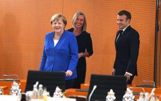 Aγκελα Μέρκελ, Φεντερίκα Μογκερίνι και Εμανουέλ Μακρόν ετοιμάζονται να πάρουν θέση στο τραπέζι της περασμένης Δευτέρας στο Βερολίνο, έχοντας ως θέμα συζήτησης τα προβλήματα στα Δυτικά Βαλκάνια.
