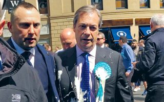 O πρωτεργάτης του Brexit, Nάιτζελ Φάρατζ, αποχωρεί από ομιλία του στο Νιούκαστλ «χτυπημένος» από ένα μιλκσέικ. Παρόμοιες επιθέσεις έχουν δεχθεί πολλοί ευρωφοβικοί πολιτικοί στη χώρα, με αποτέλεσμα οι Αρχές να έχουν απαγορεύσει την πώληση μιλκσέικ κοντά σε εκδηλώσεις.