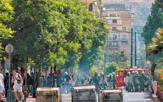 Στις 2.30 χθες το μεσημέρι, περίπου 20 άτομα με κουκούλες βγήκαν από το κτίριο του Οικονομικού Πανεπιστημίου της Αθήνας, τοποθέτησαν κάδους απορριμμάτων και πέταξαν φέιγ βολάν με συνθήματα υπέρ του Δημήτρη Κουφοντίνα.