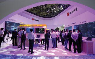 Ισχυρό πλήγμα στη Huawei συνιστά η απόφαση της Google να ανακαλέσει την άδεια χρήσης του λειτουργικού συστήματος Android για κινητά τηλέφωνα. Επίσης, οι Intel και Qualcomm σταματούν να προμηθεύουν με υλικό την κινεζική εταιρεία. Επιπροσθέτως, οι μελλοντικές εκδόσεις της Huawei δεν θα έχουν πρόσβαση σε υπηρεσίες όπως το YouTube και το Google Play Store. Ο τεχνολογικός ψυχρός πόλεμος μεταξύ ΗΠΑ και Κίνας κλιμακώνεται και αναμένεται η αντίδραση του Πεκίνου.