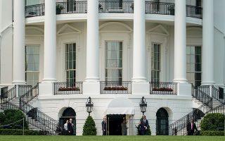 Μέλη του προσωπικού ασφαλείας του Λευκού Οίκου περιμένουν τον Ντόναλντ Τραμπ καθώς επιστρέφει στην Ουάσιγκτον ύστερα από σύντομη απόδραση του Σαββατοκύριακου.