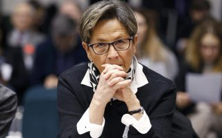 Η ευσεβής καθολική Βιβιάν Λαμπέρ έχει καταθέσει ενστάσεις στη Δικαιοσύνη κατά της διακοπής σίτισης και υδάτωσης του γιου της.