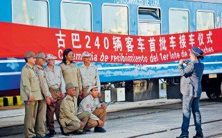 Η Κούβα παρέλαβε τα πρώτα 56 σιδηροδρομικά βαγόνια, από τα 240 που έχει παραγγείλει συνολικά από την Κίνα. Το μέγα γεγονός απαθανατίζεται για λογαριασμό επτά φουκαράδων που ποζάρουν βαριεστημένα μπροστά στο προπαγανδιστικό πανό. Τελικά, ένα είναι το μοιραίο μειονέκτημα του σοσιαλισμού: ότι είναι αφόρητα βαρετός. Αυτό κυρίως και όλα τα άλλα έπονται.