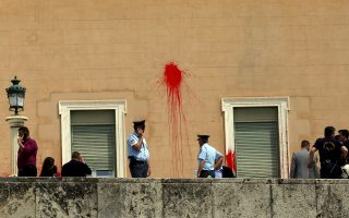 «Τραυματισμένο» από την επίθεση των μελών του «Ρουβίκωνα» το κτίριο της Βουλής. Η καταδρομική επίθεση έγινε μέρα μεσημέρι και δεν κατέστη εφικτή η αποτροπή της από τις δυνάμεις ασφαλείας του κτιρίου.
