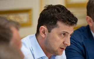 Ο Βολοντιμίρ Ζελένσκι μιλάει σε βουλευτές στο Κίεβο.