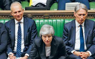 Υπουργοί και βουλευτές των Συντηρητικών καλούν την Τερέζα Μέι να παραιτηθεί, καθώς καταρρέει η τέταρτη και τελευταία προσπάθειά της να περάσει από τη Βουλή των Κοινοτήτων το σχέδιό της για το Brexit. Η ίδια εμφανίζεται αδιάλλακτη, αν και η κούρσα για τη διαδοχή της έχει ήδη ανοίξει. Οι δημοσκοπήσεις φέρουν τον τέως υπουργό Εξωτερικών Μπόρις Τζόνσον, οπαδό του καθαρού Brexit, να προηγείται με μεγάλη διαφορά.