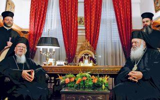 Σε θερμό κλίμα, έπειτα από περίοδο εντάσεως, πραγματοποιήθηκε χθες στο μέγαρο της Αρχιεπισκοπής Αθηνών η συνάντηση του Οικουμενικού Πατριάρχη κ.κ. Βαρθολομαίου με τον Αρχιεπίσκοπο Αθηνών κ. Ιερώνυμο (δεξιά). «Το αίμα νερό δεν γίνεται», σχολίασε εμφατικά ο Οικουμενικός Πατριάρχης.