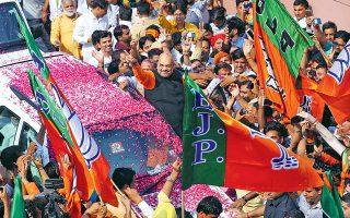 Επευφημούμενος φθάνει στα γραφεία του κόμματος στο Δελχί ο πρόεδρος του BJP, Αμίτ Σαχ, μετά τη νίκη στις βουλευτικές εκλογές στην Ινδία. Το εθνικιστικό κόμμα του πρωθυπουργού Ναρέντρα Μόντι διατηρεί έτσι την εξουσία για άλλα πέντε χρόνια.